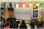 老师和学生们在排练唱中文歌。张朋辉摄 - News.Sina.Com.Cn