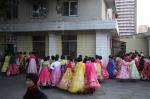 2015年10月7日,朝鲜民众在做彩排准备。10月10日,朝鲜平壤,朝鲜人民武装力量部、朝鲜劳动党将在首都平壤金日成广场举行阅兵式,庆祝朝鲜劳动党成立70周年。 - News.Sina.Com.Cn