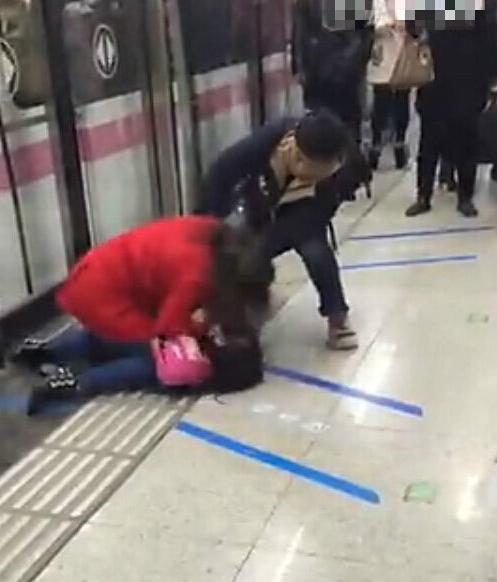 骑在大妈肉体上_武汉地铁里女孩催大妈\