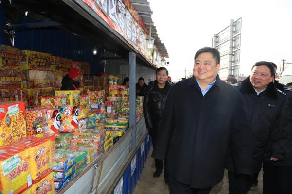 黄山市交警支队张树森_张树森局长检查烟花爆竹零售点