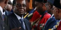 """据外媒报道,自11月15日津巴布韦政局突变后,总统穆加贝首度公开露面,他11月17日在首都哈拉雷出席了一场毕业典礼仪式。津巴布韦近日政局突变,该国军方15日宣布采取行动,控制总统穆加贝及其家人,但否认发动""""政变""""。穆加贝据称被软禁在私人官邸""""蓝宫"""",但拒绝下台,坚持要完成当前任期。有消息显示,军方将领正计划组成过渡政府,推举上周被撤职的前副总统姆南加古瓦任临时领导人,多名反对派领袖已获邀请加入政府。11月16日,津巴布韦总统穆加贝与津国防军司令康斯坦丁·古韦亚·奇文加见面并会谈。 - News.Cntv.Cn"""