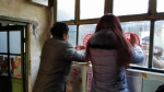 """送""""福""""上门暖人心 西城区第二图书馆共建帮扶一家亲——为查奶奶家贴窗花 - 文化局"""