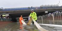 北京暴雨致育知东路轻轨桥下积水 交警提示雨天驾车注意安全 - 公安局公安交通管理局